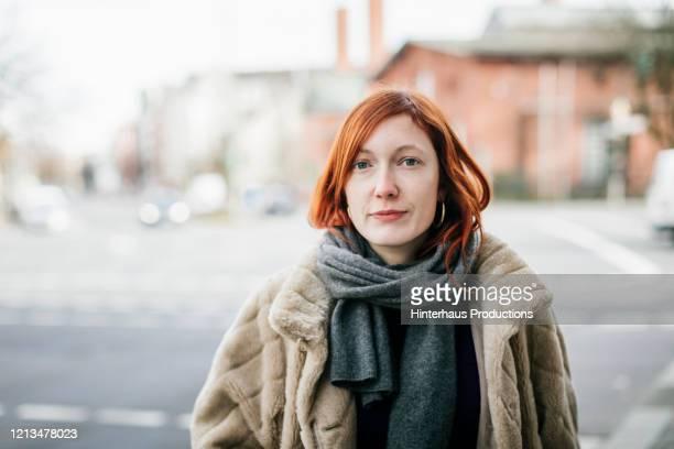 portrait of woman wearing winter clothing - leute wie du und ich stock-fotos und bilder