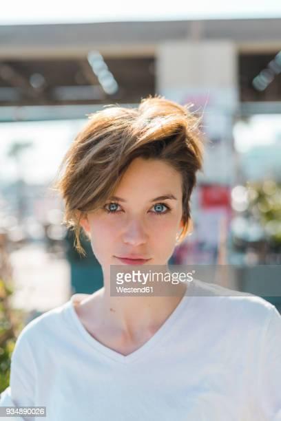 portrait of woman with blue eyes and short hair - jolie brune femmes yeux bleus photos et images de collection