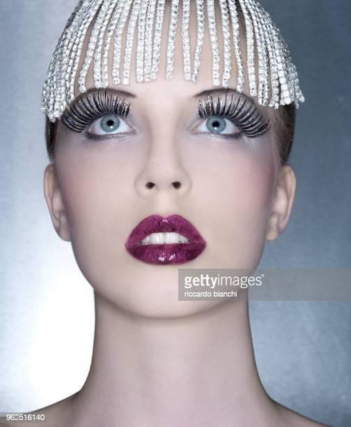 portrait of woman with blue eyes long eyelashes and diamonds hair - coroa enfeite para cabeça - fotografias e filmes do acervo