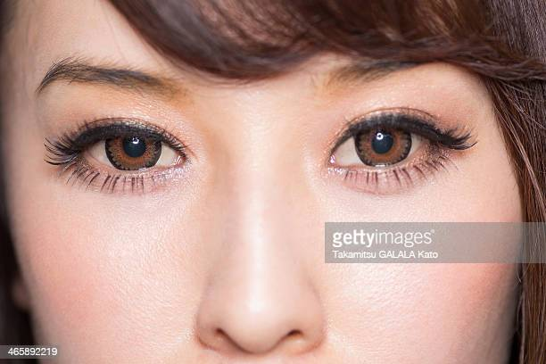 portrait of woman with brown eyes close up - braune augen stock-fotos und bilder