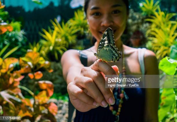 portrait of woman with butterfly - ingrid held photos et images de collection