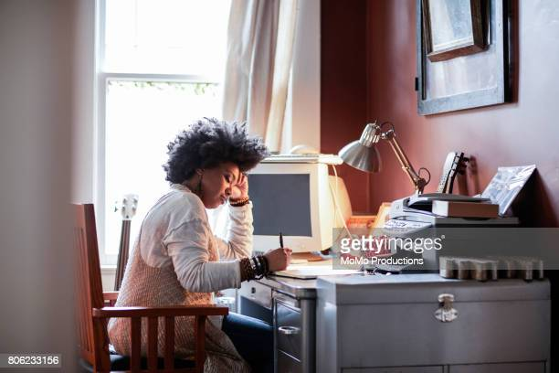 portrait of woman with cool hair in home office - lgbtq  and female domestic life fotografías e imágenes de stock