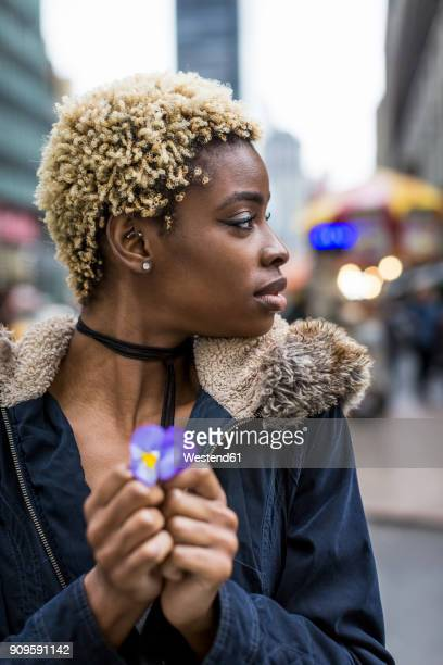 portrait of woman with dyed hair holding flower - afro americano - fotografias e filmes do acervo