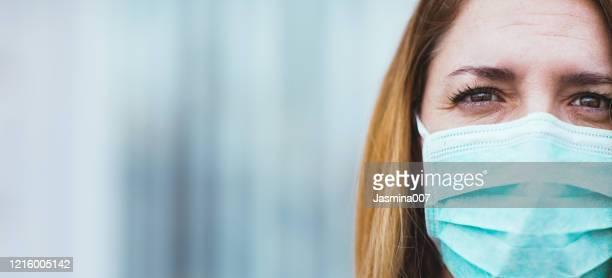 porträtt av kvinna med ansiktsmask - kirurgmask bildbanksfoton och bilder