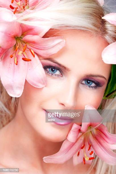 女性のポートレートと花の顔 surrounder - ピンク色の口紅 ストックフォトと画像