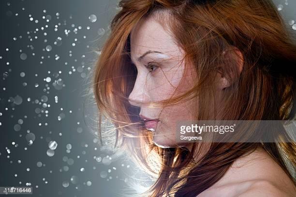 portrait de femme avec les cheveux de vol