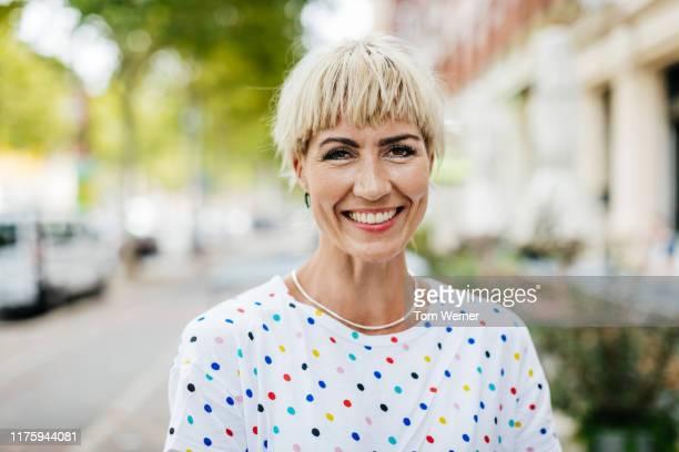 portrait of woman with fringe - einzelne frau über 30 stock-fotos und bilder