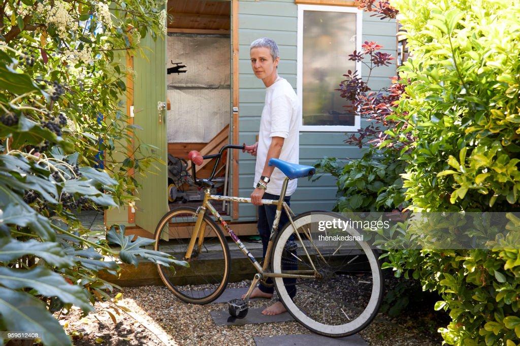 Portrait of woman with her Fixie Bike in garden : Stock-Foto