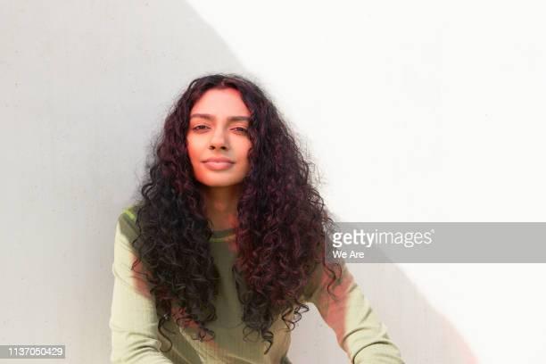 portrait of woman with red lighting effect - girl power provérbio em inglês - fotografias e filmes do acervo