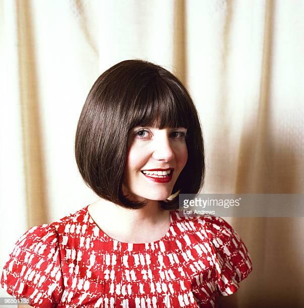 portrait of woman with red lips and dark bob - bob frisur stock-fotos und bilder