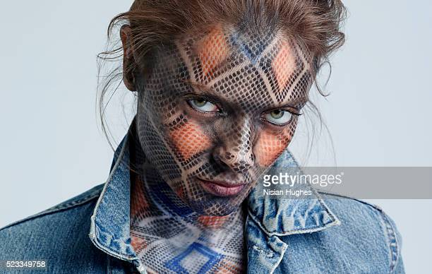 portrait of woman with snake makeup on her face and body - solo una donna giovane foto e immagini stock