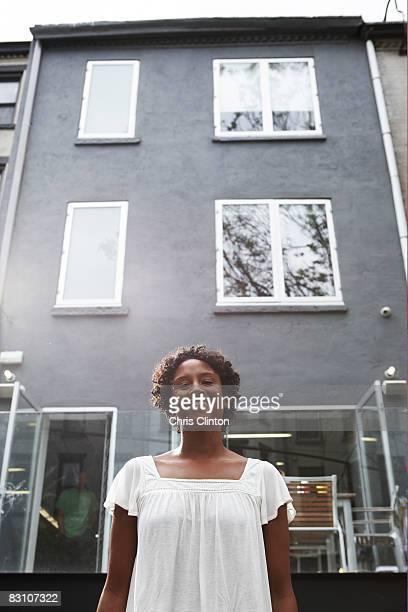 portrait of woman/townhouse - voor stockfoto's en -beelden