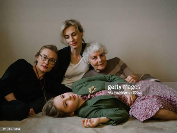 portrait of women of three generation family together - showus imagens e fotografias de stock