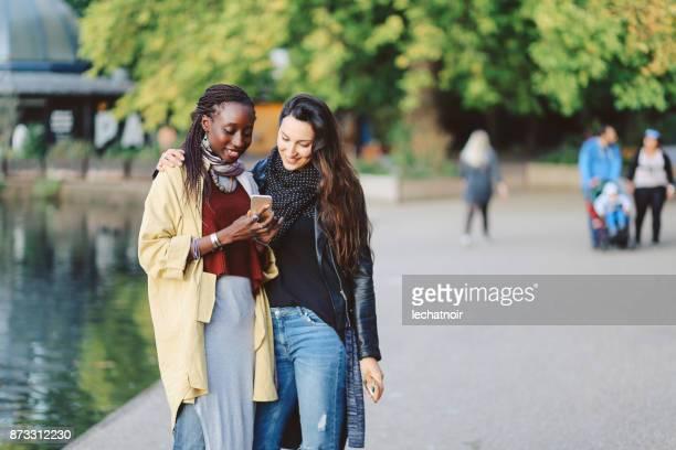 ロンドン ビクトリア公園を歩いて女性の肖像画 - ビクトリア公園 ストックフォトと画像