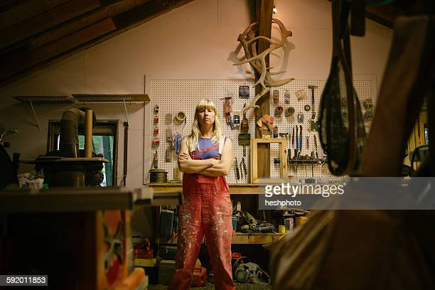 portrait of wood artist in workshop - heshphoto photos et images de collection