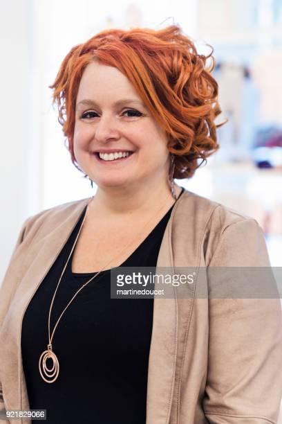 """retrato de mujer wredhead en una tienda de niños. - """"martine doucet"""" or martinedoucet fotografías e imágenes de stock"""