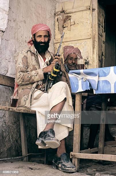 retrato de iemenita tribesman - metralhadora imagens e fotografias de stock