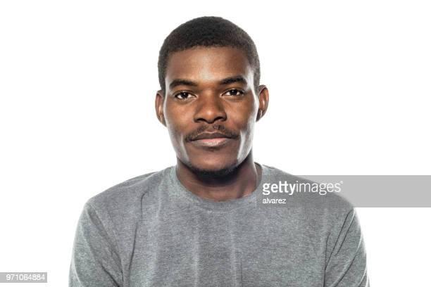 retrato de jovem africano olhando séria - retrato formal - fotografias e filmes do acervo