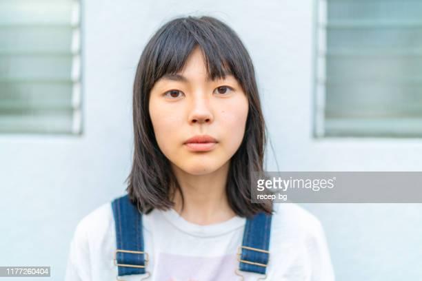 若くて美しい女性の肖像 - 素顔 ストックフォトと画像
