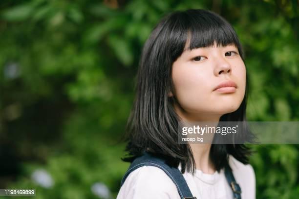 若くて美しい女性の肖像 - カバーオール ストックフォトと画像