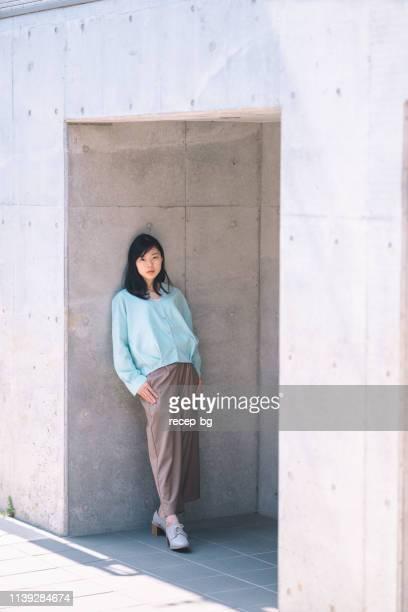 自信を持って若くて美しい女性の肖像 - 若い女性一人 ストックフォトと画像
