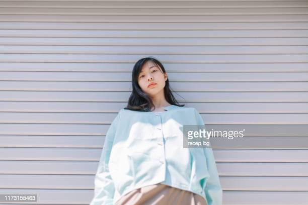 自信を持って若くて美しい女性の肖像 - 建築上の特徴 ストックフォトと画像