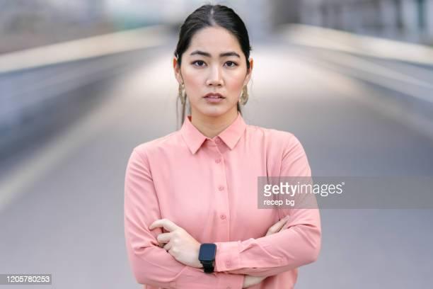 若くて自信に満ちたビジネスウーマンの肖像 - young women ストックフォトと画像