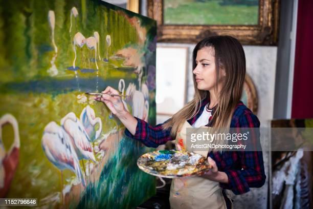 porträt der jungen künstlerin malerin. - ölgemälde stock-fotos und bilder