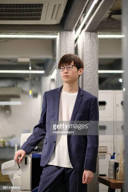 アジア系の若いビジネスマンのポートレート - オープンネック ストックフォトと画像