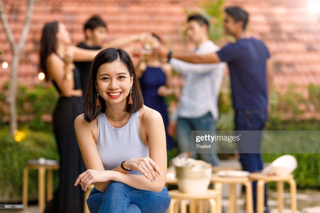Porträt der jungen Asiatin auf Outdoor-Roof Top Party mit Freunden : Stock-Foto