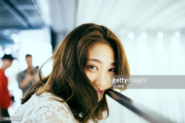 portrait of young asian woman - charmoso - fotografias e filmes do acervo