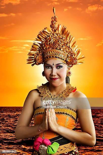 portrait of young balinese bride by the beach - cerimônia de boas vindas - fotografias e filmes do acervo