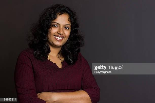 Retrato de jovem bela mulher sorridente Indiana