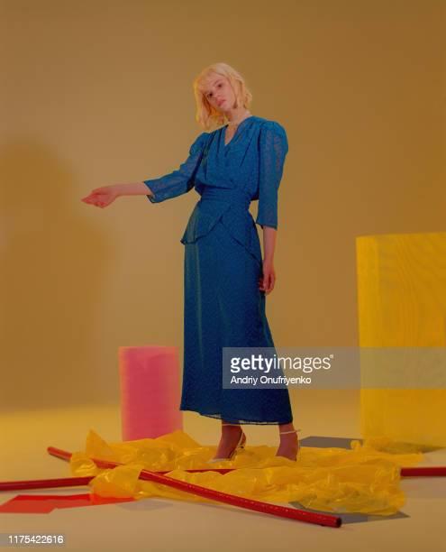 portrait of young beautiful woman in studio - fotografia de três quartos imagens e fotografias de stock