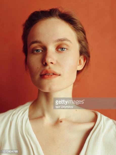 portrait of young beautiful woman looking calm - occhi azzurri foto e immagini stock
