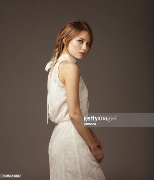 retrato de uma jovem mulher bonita vestindo o vestido do laço - vestido de renda - fotografias e filmes do acervo