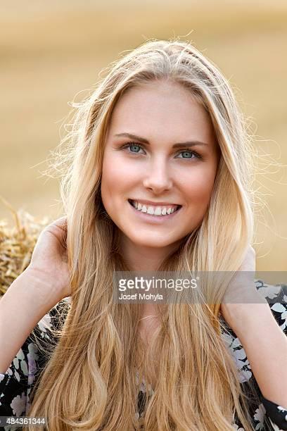 Porträt des jungen blonde Frau in der Natur