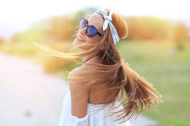 Portrait de jeune femme avec ses cheveux bohème
