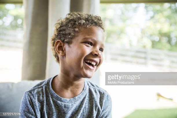 portrait of young boy at home - 6 7 jahre stock-fotos und bilder