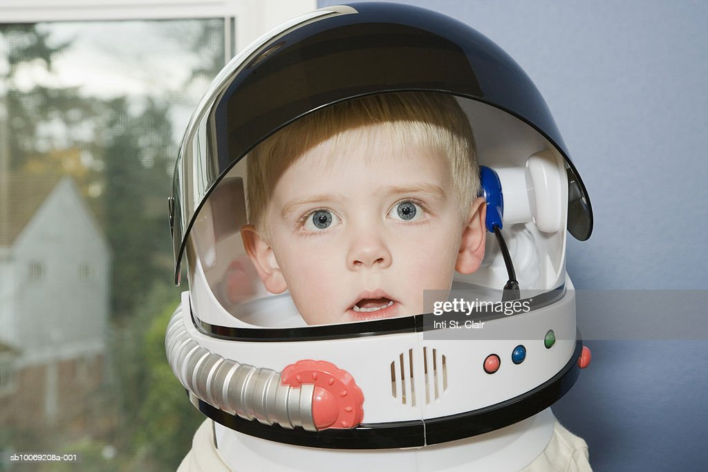Portrait of young boy (4-5) in space suit : Stockfoto