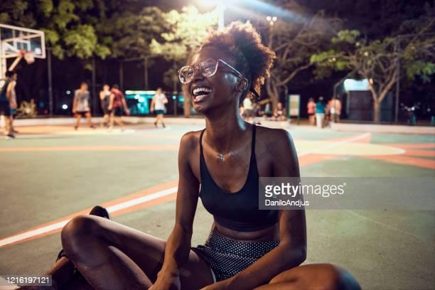 retrato de jovem brasileira em um campo esportivo - sporting term - fotografias e filmes do acervo