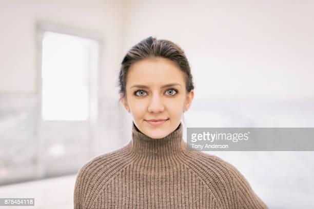 portrait of young business woman in public building - beige photos et images de collection