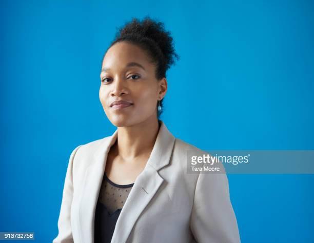 portrait of young business woman - fondo azul fotografías e imágenes de stock