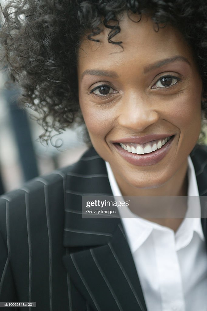 Portrait of young business woman, smiling : Foto stock