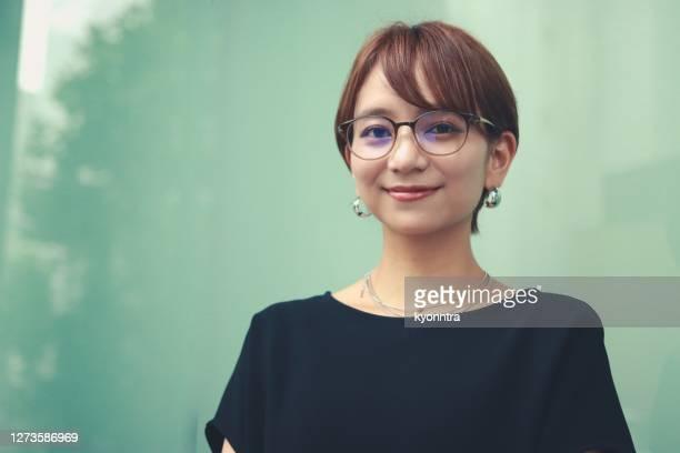 porträt einer jungen geschäftsfrau in smart casual kleidung - japanischer abstammung stock-fotos und bilder