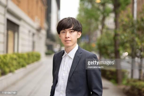 金融街の若手ビジネスマンのポートレート - 男性のみ ストックフォトと画像