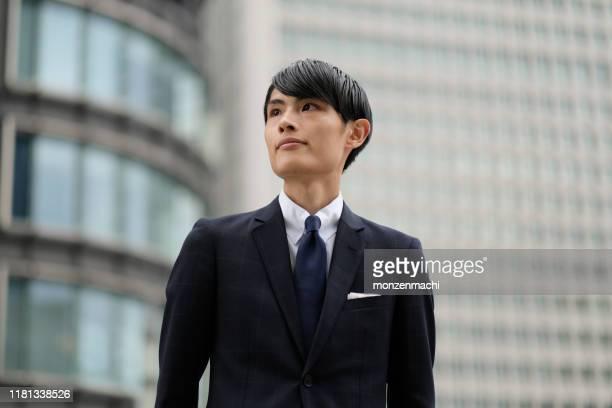 金融街の若い実業家の肖像 - ネクタイ ストックフォトと画像