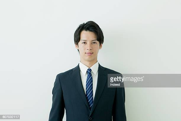 portrait of young businessman - frontaal stockfoto's en -beelden