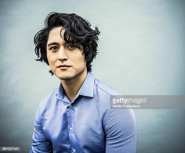 portrait of young businessman - cabello ondulado fotografías e imágenes de stock