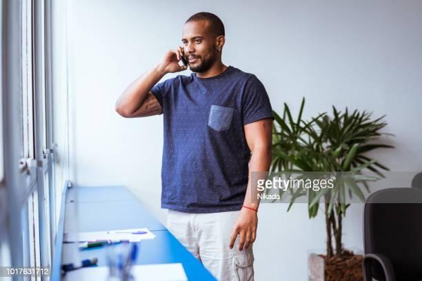 Porträt des jungen Geschäftsmann telefonieren im Büro